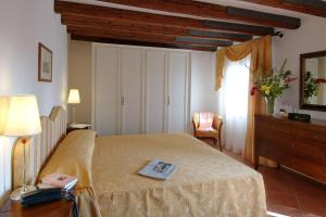 A bed or beds in a room at Residence Corte Grimani