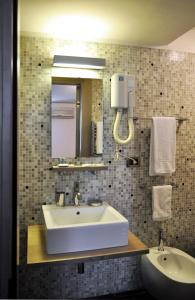 A bathroom at Easy Hotel Navigli