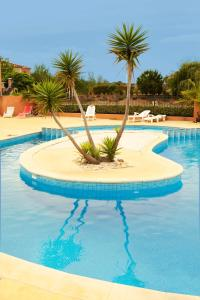 The swimming pool at or near Résidence Village D'Oc Golf de Béziers by Popinns