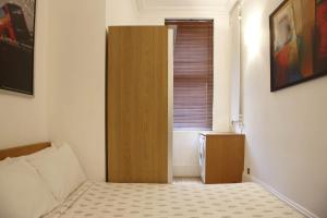 A bed or beds in a room at 2 Bedroom Bloomsbury Way