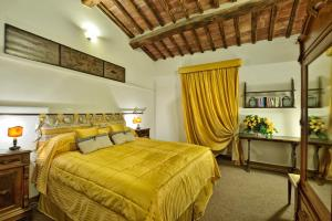 A bed or beds in a room at Residenze d'Epoca Palazzo Coli Bizzarrini