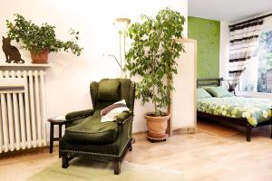 A seating area at Lovely Garden Flat near Royal Park