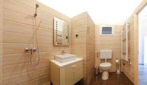 Kamar mandi di Central Apartment Budapest