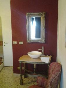 A bathroom at Apartment City Center Taormina