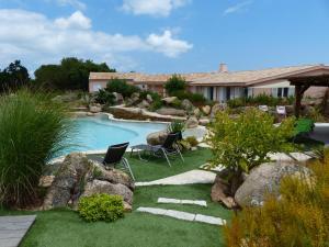 Vue sur la piscine de l'établissement Domaine de Chatoni ou sur une piscine à proximité