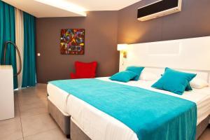 Tempat tidur dalam kamar di Green Garden Suites Hotel