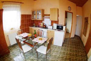 Kuchyň nebo kuchyňský kout v ubytování Joker Villa Apartmanhaus