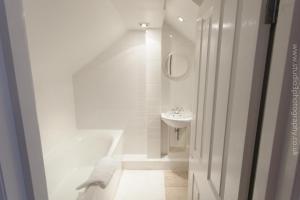 A bathroom at Wilson Grove Apartment - Bermondsey