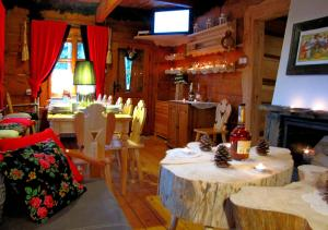 A restaurant or other place to eat at Bajkowa Chata