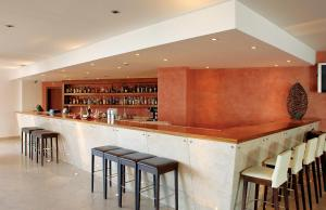 De lounge of bar bij Hotel Apartamento Balaia Atlantico