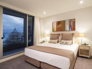 A bed or beds in a room at Oaks Liberty Towers