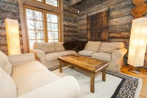 A seating area at LevinPesä Chalet