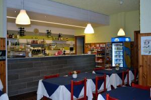Ein Restaurant oder anderes Speiselokal in der Unterkunft Campodolcino Camping