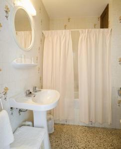 A bathroom at Hostal La Perla