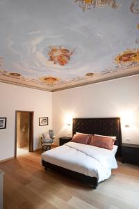 Een bed of bedden in een kamer bij Florence Art Apartments