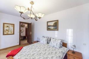 Łóżko lub łóżka w pokoju w obiekcie Dworek Myśliwski