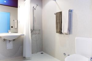 A bathroom at Senevita Residenz Multengut