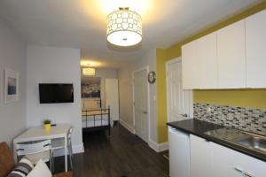 Una cocina o zona de cocina en Great Gerrard 2