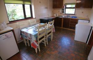 A kitchen or kitchenette at Cottage 129 - Cashel