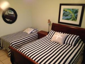 A bed or beds in a room at Hillside Village Apartment