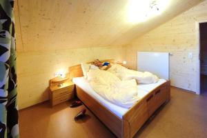A bed or beds in a room at Feriendorf am Hahnenkamm