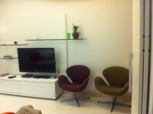 A television and/or entertainment center at Leblon Ataulfo de Paiva