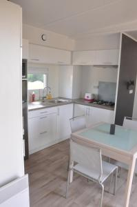 A kitchen or kitchenette at Les Cottages des Pierres d'Aurèle