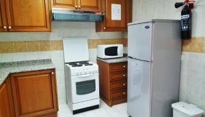Kitchen o kitchenette sa Al Massa Hotel Apartments 1