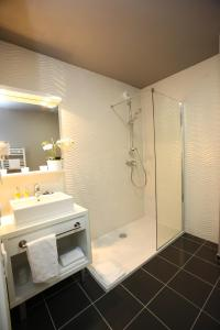 A bathroom at All Suites Orly-Rungis - Aéroport