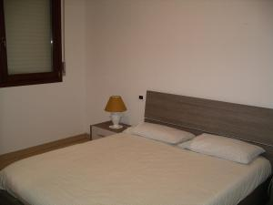 A bed or beds in a room at Appartamento Gallinara