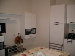 A kitchen or kitchenette at Appartamento Gallinara
