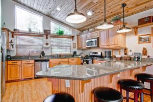 A kitchen or kitchenette at Serenity Pines