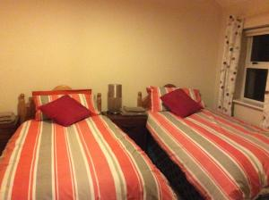 A bed or beds in a room at Beds2Nite