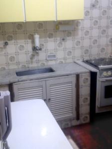 A kitchen or kitchenette at Apartamento Cote d'Azur Enseada