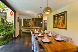 A restaurant or other place to eat at Elok Villas