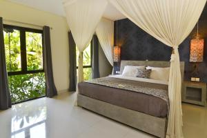 A bed or beds in a room at Elok Villas