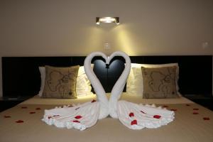 A bed or beds in a room at Apartamentos Kósmos