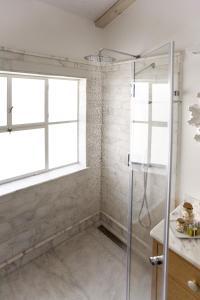 Salle de bains dans l'établissement Molcho Neve Tzedek Apartments by Master