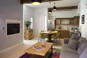 Coin salon dans l'établissement Molcho Neve Tzedek Apartments by Master