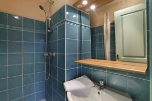 A bathroom at Vacancéole - Les Bastides de Fayence