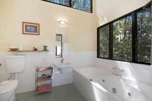 A bathroom at Lyola Pavilions in the Forest