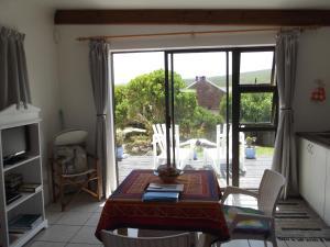 Zona de estar de South of Africa Self Catering Guest Cottages