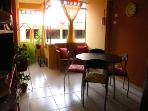 El salón o zona de bar de SBA - Apartments in San Blas