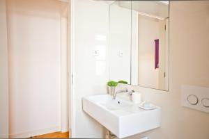 A bathroom at Modern Bairro Alto Apartment| RentExperience