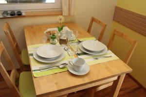 A restaurant or other place to eat at Apartments Na Vasi