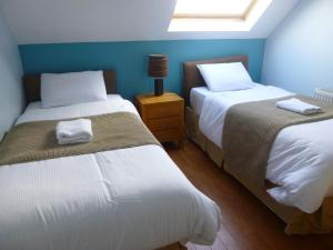 A bed or beds in a room at Beechview Apartments