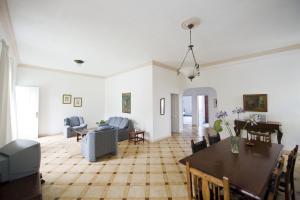 Restoran või mõni muu söögikoht majutusasutuses Villa Finca El Drago