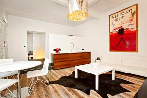 A seating area at Apartment K