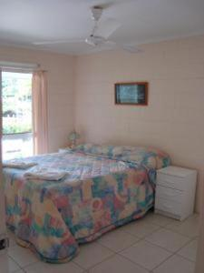 A bed or beds in a room at Coral Reef Apartments