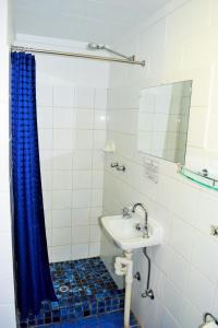 A bathroom at Coconut Grove Holiday Apartments